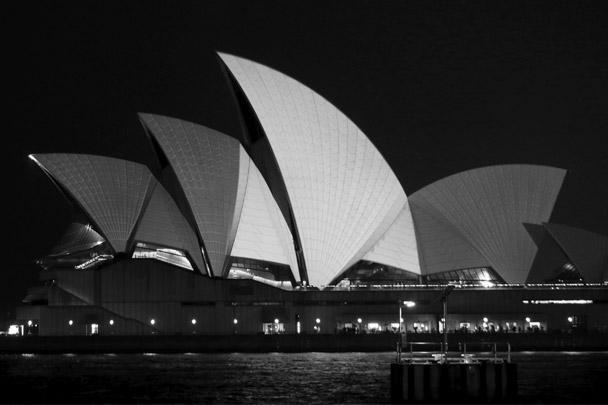 Здание Сиднейской оперы в цветах флага Франции