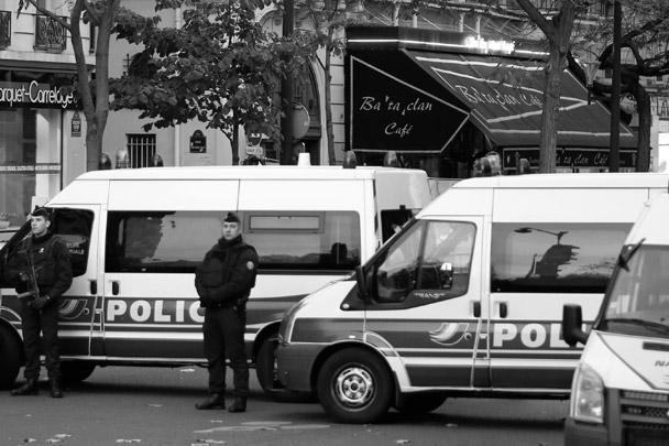 Полиция оцепила бар в одном из центральных округов французской столицы, который подвергся атаке террористов