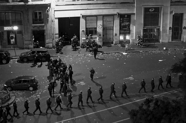 Когда сотрудники правоохранительных органов окружили здание театра «Батаклан», террористы открыли огонь по сотрудникам спецназа и начали расстреливать людей