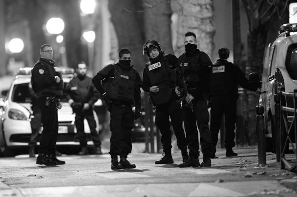 Во время спецоперации в Сен-Дени слышались взрывы и выстрелы. Полиции удалось ликвидировать троих боевиков, при этом пострадали и несколько стражей порядка