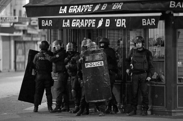 Среди ликвидированных в Сен-Дени может быть женщина с поясом со взрывчаткой. По другим данным, она подорвала себя непосредственно во время полицейского рейда