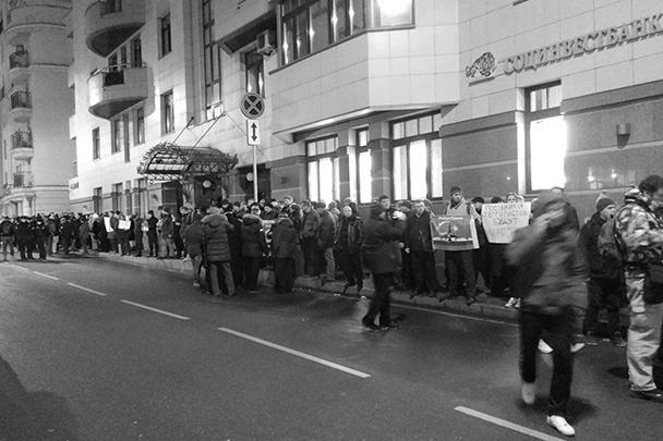 Акция у турецкого посольства, которая началась около пяти часов пополудни как небольшой пикет, привлекла значительное число участников