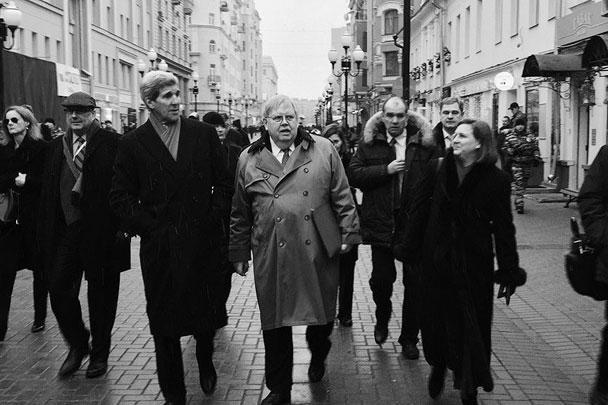 Джон Керри вместе с помощницей Викторией Нуланд и послом США в России Джоном Теффтом гуляли по улицам Москвы после встречи с главой МИД РФ Сергеем Лавровым