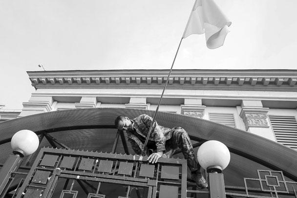 Один человек попытался перелезть через ограду к зданию посольства России в Киеве