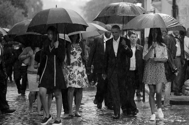 Дождь не нарушил планы Барака Обамы: вместе с семьей он совершил экскурсию по улицам Старой Гаваны