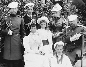 Великий князь Николай Александрович (слева) с отцом, Александром Третьим (справа). В ногах у императора сидит великий князь Михаил Александрович, в марте 1917-го не принявший корону из рук брата