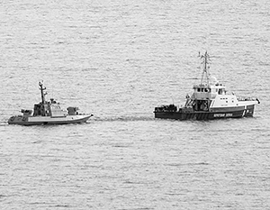 К месту передачи украинские корабли тянули на буксире