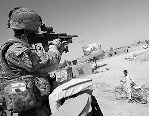 Многие английские солдаты относятся к жителям оккупированных стран, как к туземцам