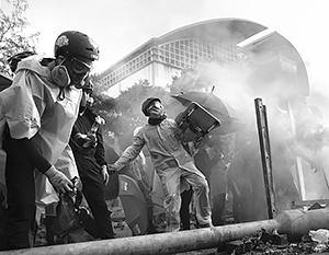 По мнению экспертов, молодежь в Гонконге устроила погромы, «запутавшись» между Западом и Китаем