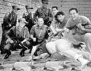 Колумбийские полицейские у трупа Пабло Эскобара