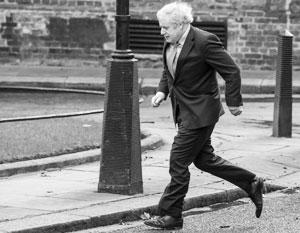 Борис Джонсон бежит на встречу к королеве