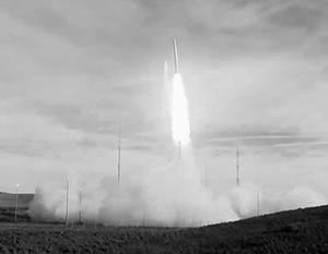 А это – испытания новейшей американской ракеты средней дальности, которая может быть направлена против Китая