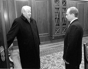 Борис Ельцин покидает президентский кабинет в Кремле 31 декабря 1999 года