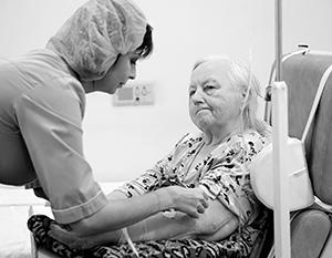 Фейк утверждает: если пожилому человеку потребуется серьезная операция, то его «бросят умирать»