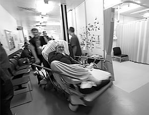 Лежачие пациенты на каталках в больничных коридорах стали реальностью британского здравоохранения