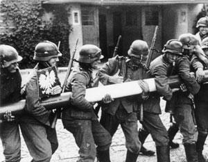 Отважно державшиеся против Гитлера польские войска и неожиданно ударившие им в спину советские – это из области мифа