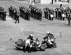 La même scène honteuse lors du défilé à Paris - les motards se sont heurtés à droite lors d'un événement officiel