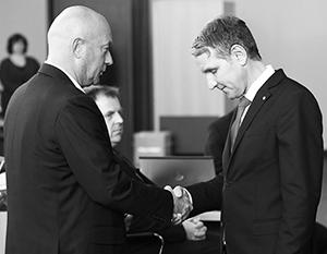 Томас Кеммерих (слева) пробыл премьер-министром Тюрингии меньше суток – потому что за него голосовал Бьёрн Хёкке (справа)