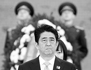 Синдзо Абэ возлагает венок к Могиле Неизвестного Солдата у стен Кремля