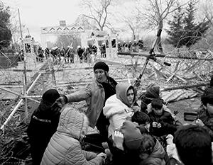 Прямо сейчас беженцы массово штурмуют границы Евросоюза