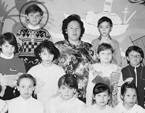 Илья Прусикин (слева в первом ряду рядом с учительницей) в школьные годы