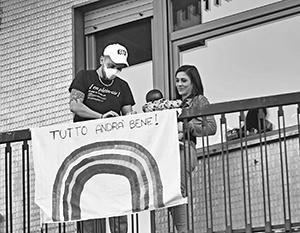 Итальянцы стараются сохранять оптимизм. На самодельном плакате написано: Andrá tutto bene! (все будет хорошо)
