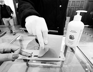 На выборах во Франции на столах участковых комиссий стоял водно-спиртовой раствор для рук