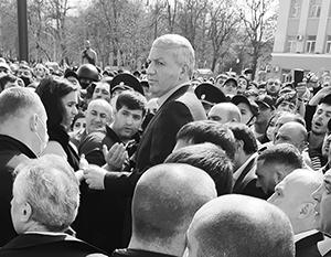 Вячеслав Битаров вышел к толпе, но убедить ее разойтись по-хорошему ему не удалось