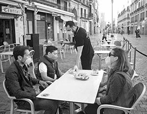 Испанцев внезапно обязали носить маски в 40-градусный зной на улице