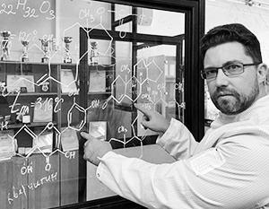 Илья Духовлинов в лаборатории