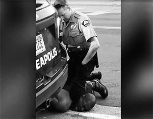 Через несколько секунд Джордж Флойд умрет под коленом полицейского
