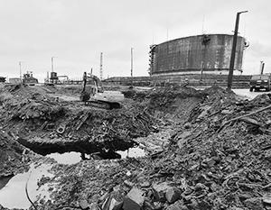 Работы на месте разлива топлива близ ТЭЦ-3, Норильск. На фото – тот самый резервуар