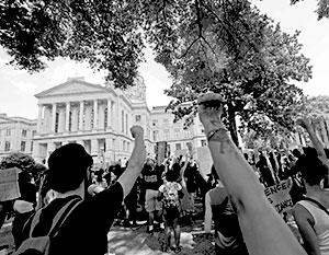 Разнузданная толпа ставит под угрозу основы существования Соединенных Штатов