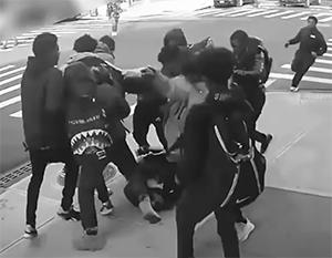 Группа подростков напала, избила и ограбила девушку в Бруклине - и это лишь один из множества подобных случаев