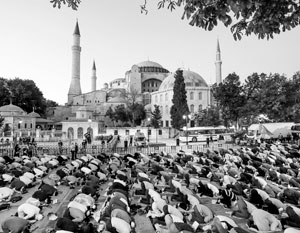 Важнейший символ мирового христианства становится исламским