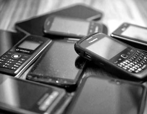 Мобильник давно превратился в удобное орудие преступления для арестантов