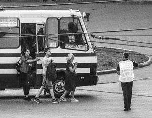 Террорист отпустил заложников из автобуса в обмен на безумное заявление президента Зеленского