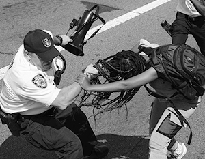 Попытки полиции усмирить бунты в городах США пока малоэффективны