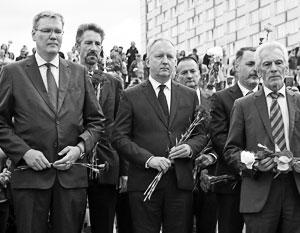 Послы десятков стран Евросоюза дружно возложили цветы к могиле минского бомбиста