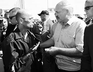 Лукашенко пообещал бастующим рабочим квартиры и новую конституцию