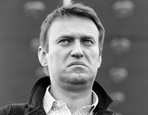 Алексей Навальный не спешит на родину, где его ждет уголовное преследование