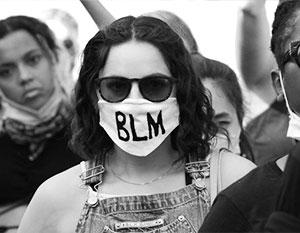 Критическая расовая теория предполагает, что все белые принадлежат к привилегированному сословию, а все черные угнетены