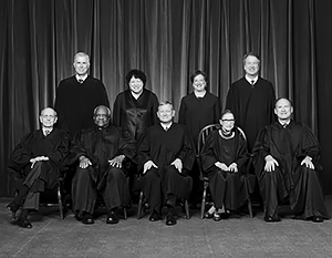 Рут Гинзбург (вторая справа в первом ряду) была одним из главных «штыков» либералов в Верховном суде США