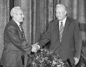 Сергей Филатов (слева) три года руководил администрацией президента Бориса Ельцина