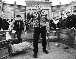 Толпа ворвалась в парламент Армении и устроила там дебош