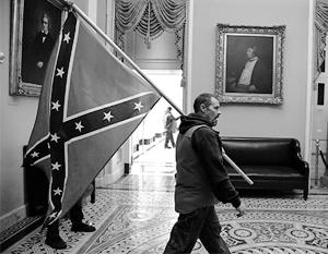 Протестующие с флагами Конфедерации стали одним из символов захвата американского Капитолия