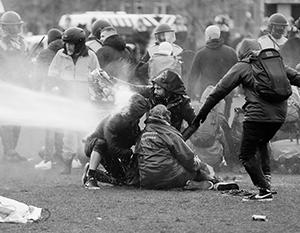 Полиция с бунтовщиками не церемонится, счет задержанным идет на сотни