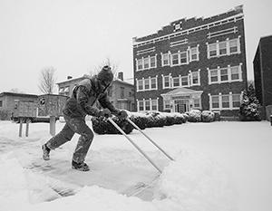 Тысячи американцев занимаются невиданным для них делом – уборкой снега