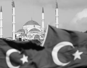 Власти Турции до конца 1944 года открыто симпатизировали Германии, но по-восточному хитроумно пытались усидеть сразу на нескольких стульях