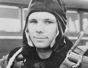 До 12 апреля 1961 года остается всего несколько дней. Старший лейтенант Юрий Гагарин проходит парашютную подготовку